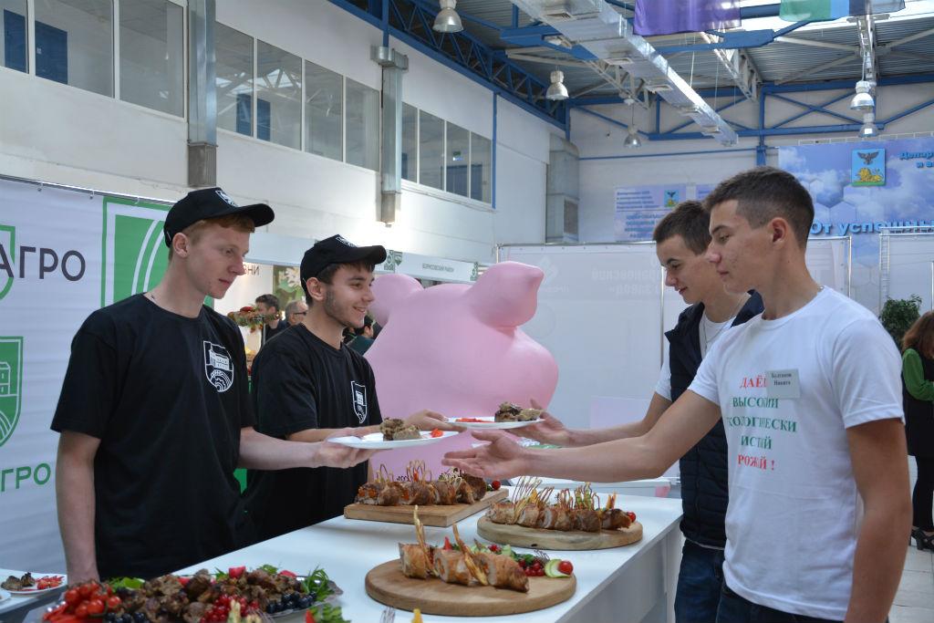 На стенде «ПРОМАГРО» гостей угощали блюдами из свинины